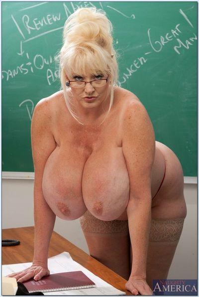 зрелые учитель Кейла Kleevage перечеркивает ее гигант сиськи в В Класс