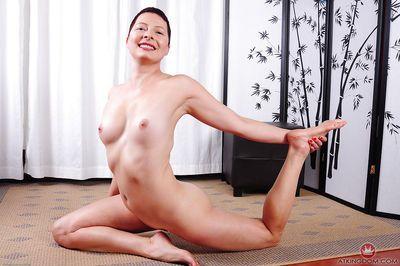 短 髪 以上 dame Kali Karinena 印象的な ヨガ ポーズ に の バフ - 部分 2