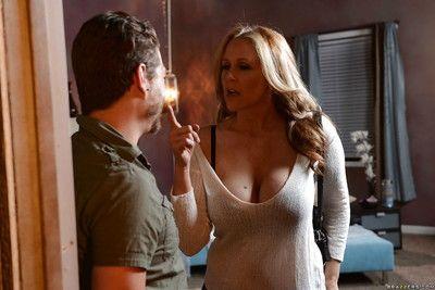 Atemberaubende Big Tit Babe in jeans julia geben ein schlampig Blowjob