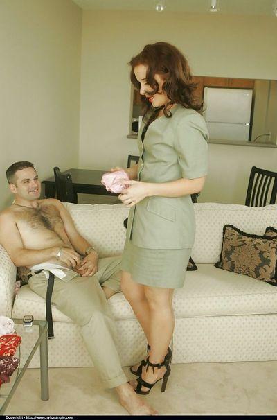 गर्म परिपक्व बेब पर उच्च ऊँची एड़ी के जूते अलग करना के लिए एक आदमी और दे उसे एक मुख-मैथुन