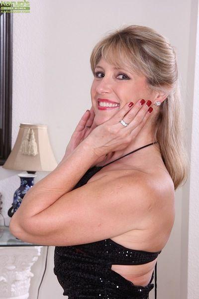 Older lady Rebecca Hill toys her freshly shaved vagina to orgasm