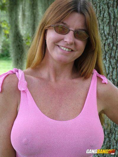 成熟 业余的 红发女郎 迪 德玛 闪烁 大 奶 & 赤裸裸的 超短裙 户外活动