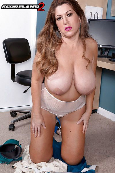 MILF plumper Janessa Loren unveils huge saggy boobs and shaved vagina