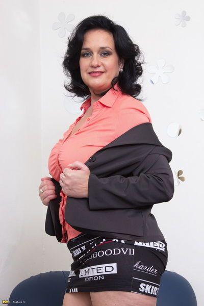 зрелые женщина Мигает белый телок нижнее белье Носить черный чулки