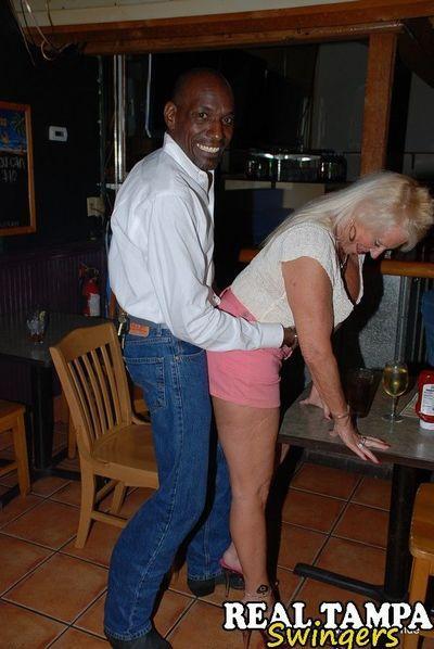 ผู้ใหญ่ ท่านหญิง เทรซี่ เลีย จะกล่าวแนะนำ เธอ เหวี่ยงหมัดไป เพื่อนกัน ตอน เป็ งานปาร์ตี้