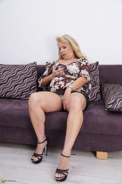 厚さ 成熟した 女性 に a 黒 スカート ヘッド 室内 へ Masturbate 彼女の 滑り