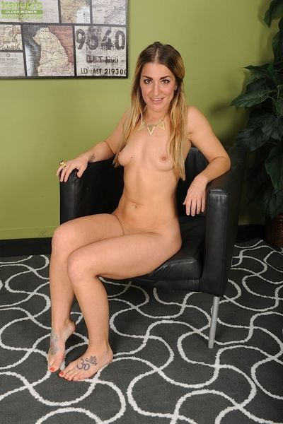 Leggy broad Penelope McDowd spreading shaved mature pussy in high heels
