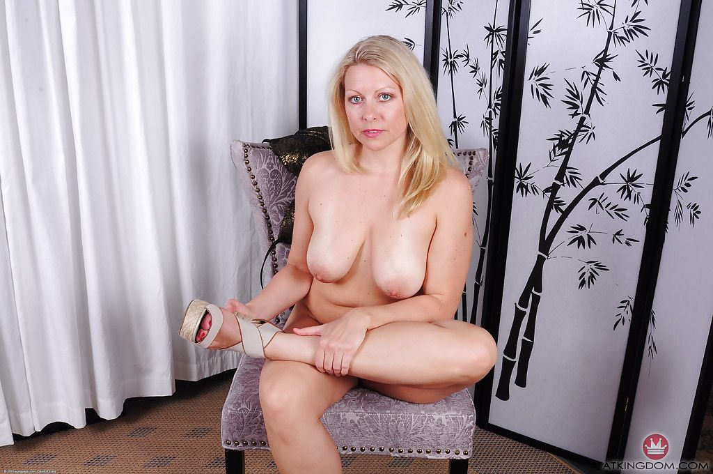 Older blonde babe Zoey Tyler displaying nice over 40 MILF tits