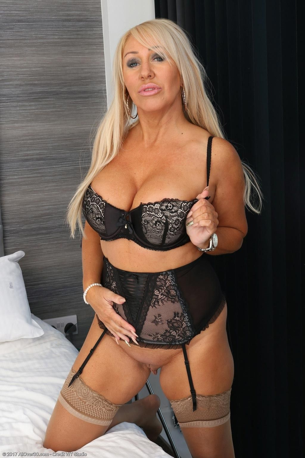 Busty mature in lingerie at Foxy Smutm