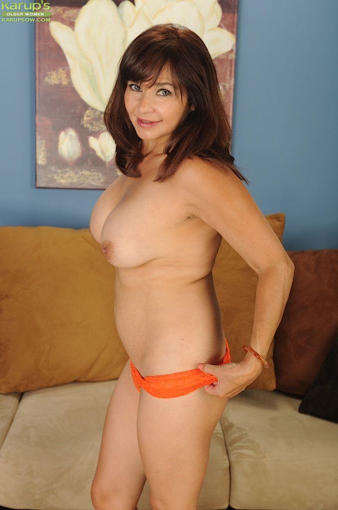 Brunette babe Natasha Oliwski demonstrates her mature big tits