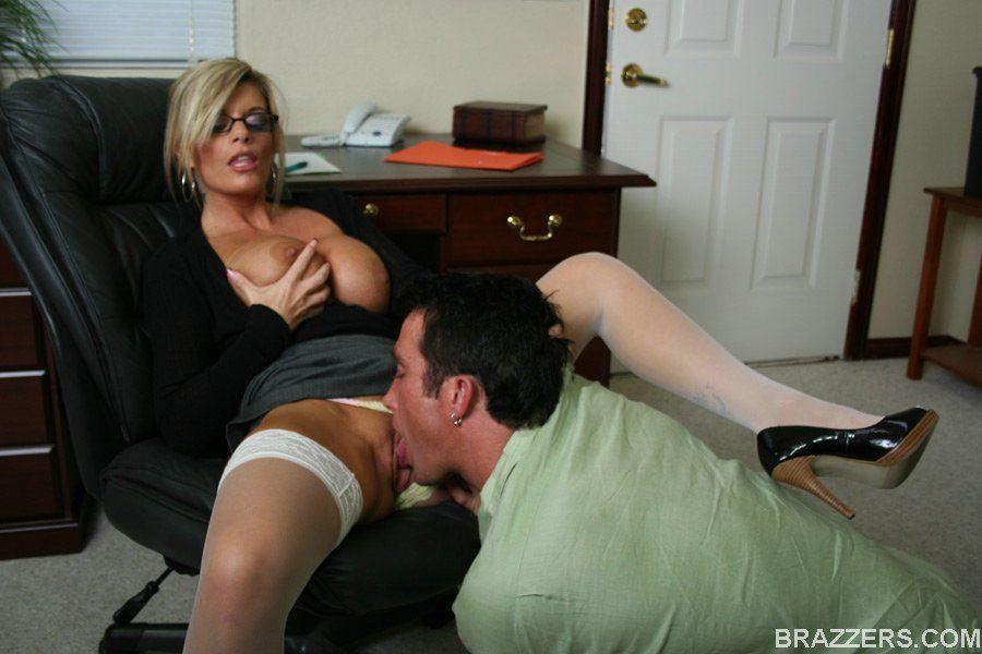 женщина начальник заставила лизать дамочка предложила
