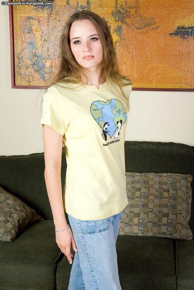 纤细 荡妇 nikki 是 展示 她的 紧 屁股 下 她的 牛仔裤