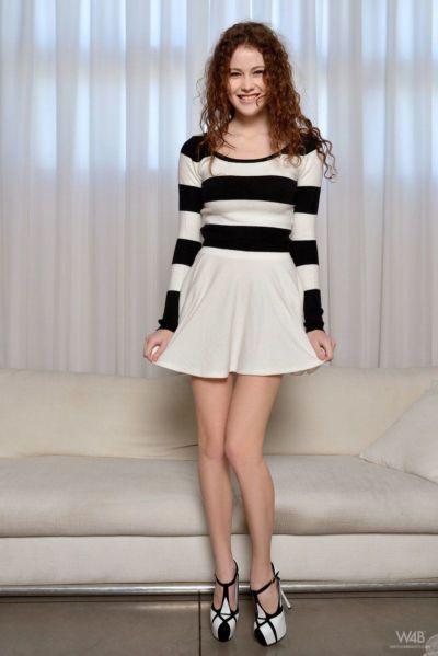 किशोरी ग्लैमर मॉडल हीदी बन गया में कम स्कर्ट इससे पहले अलग करना नग्न