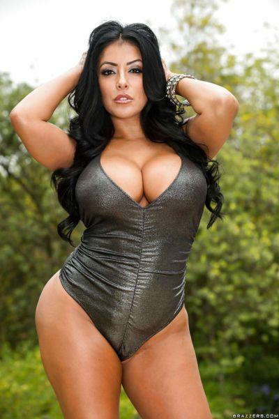 찌 뜨거운 latina 섹시한중년여성 Kiara Mia 을 얻 rid 의 그 섹시 수영복 외
