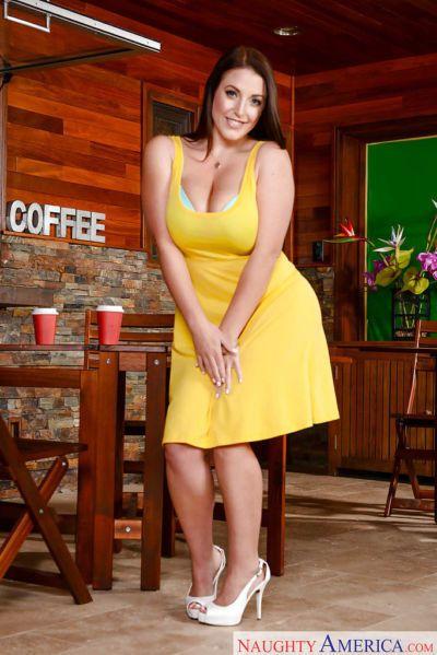 Tombul milf Angela beyaz alma kapalı onu Elbise içinde kamu Kahve ev