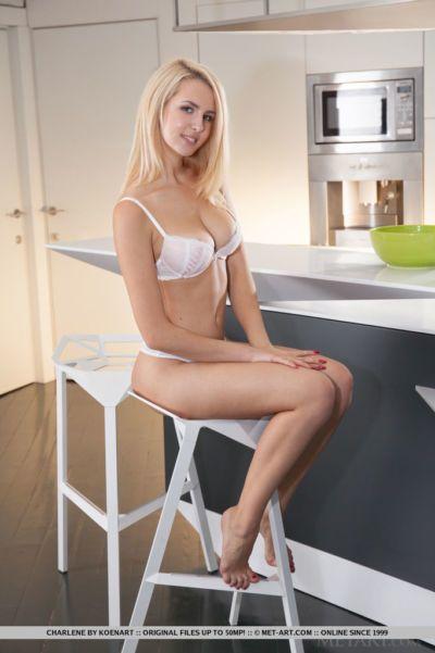 tetona Rubia Glamour Babe inauguración afeitado Adolescente Vagina en cocina