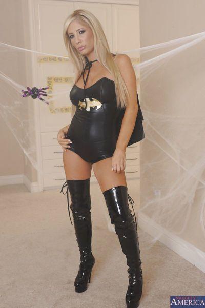 Atemberaubende Blonde in sexy batgirl outfit ausziehen und Fingersatz Ihr pussy
