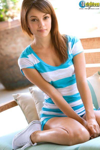 Sevimli teen ashley Bebek Yapar onu çıplak modelleme ilk Üzerinde Tezgah açık havada