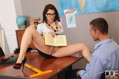 European teachers Valentina Nappi & Lina Napoli do a 3some with glasses on