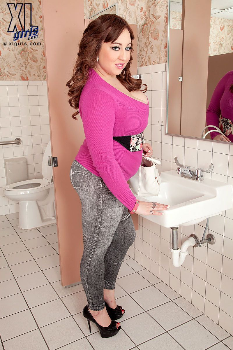 Plumper Kendra Lee Ryan shows her fatty big tits and twat on the toilet