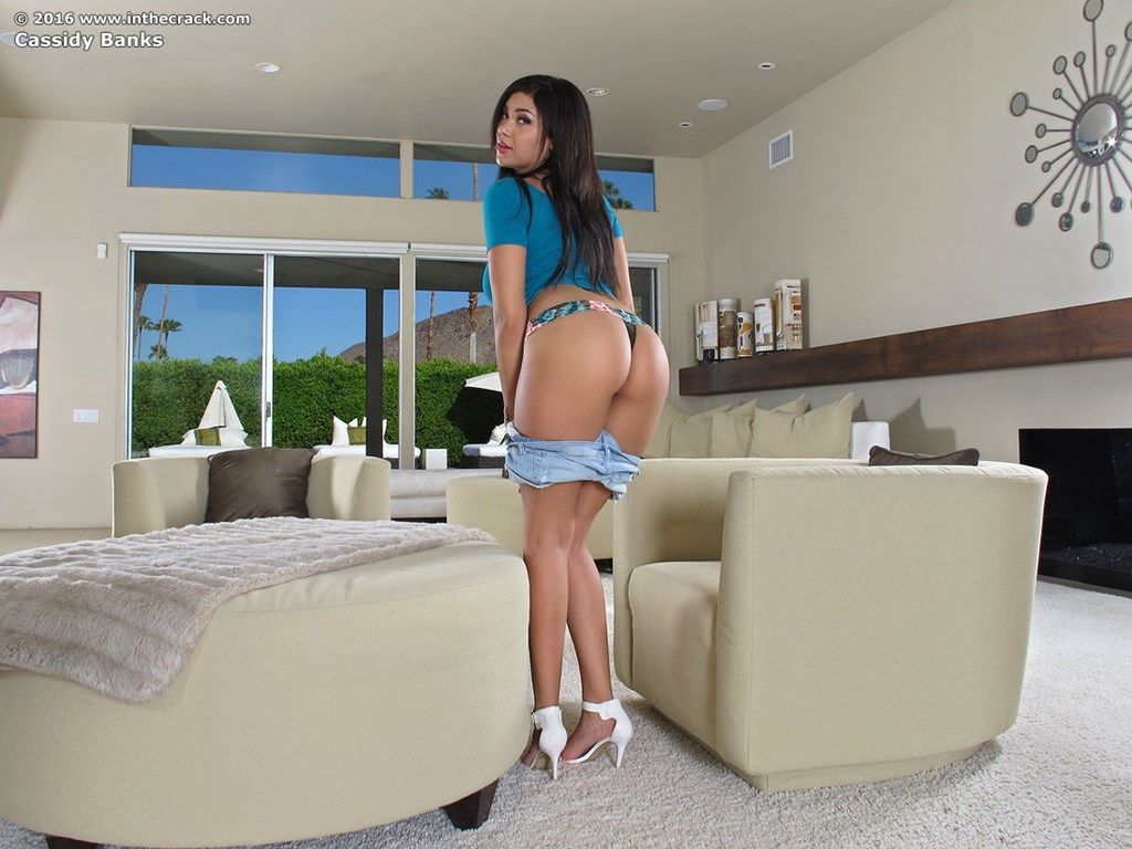 Big booty latina Cassidy Banks in tight shorts spreads pussy wide open