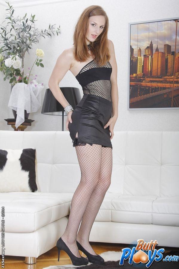 European babe Irina Pavlova enjoys anal masturbation in high heels