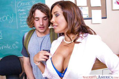 Mature brunette Francesca Le is getting sperm on her full lips