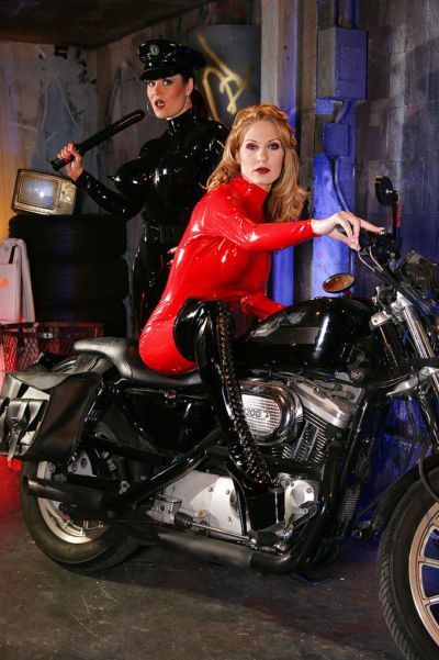 Горячая лесбиянки в латекс Арадия & Шарлотт Е Сделать некоторые Фетиш действие