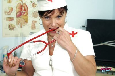 Mature nurse in stockings stretches her cunt by her fingers and speculum