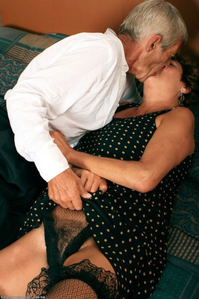 Thick older amateur Eve and her husband are really into giving oral sex