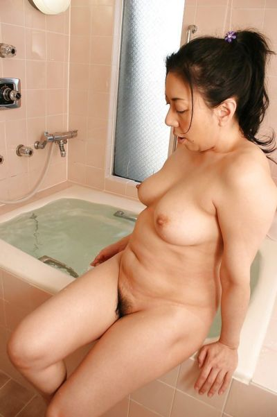 Fuckable asian mature lady with nice tits Kimiko Yasue taking bath