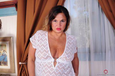 Fatty MILF Stephanie amazing nudity of her big booty and tits
