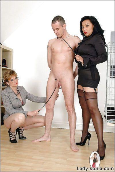 مفعم بالحيوية ناضجة السيدات في جوارب هي في غريب Cfnm العمل مع A محظوظ الرجل