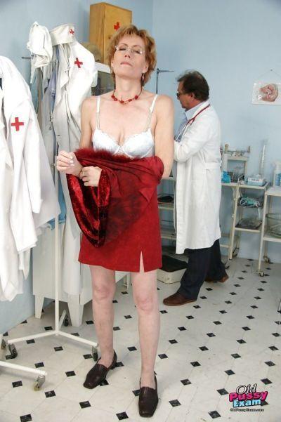 skinny Reifen lady in Brille liebäugelt Ihr Twat in Gyno Zimmer