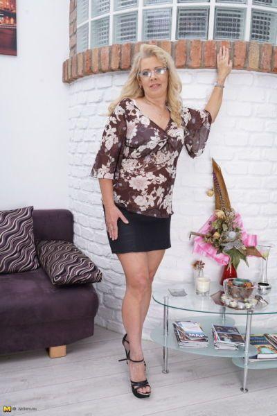 मोटी परिपक्व महिला में एक काले स्कर्ट सिर घर के अंदर करने के लिए हस्तमैथुन उसके चूत