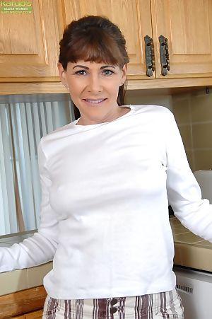 성숙한 여자 알렉산드라 실크 을 공개 크 가슴 고 싱 오 에 주방