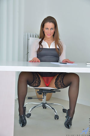 Raunchy mature slut enjoys stretching her orgasmic cunt in the office