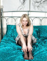 ぼ 金髪 女性 Mel ハーパー を示す off 大 おっぱい に ナイロン 月 ベッド
