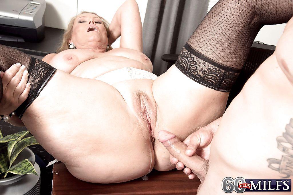 Огромные вагины кому за 60 порно секс