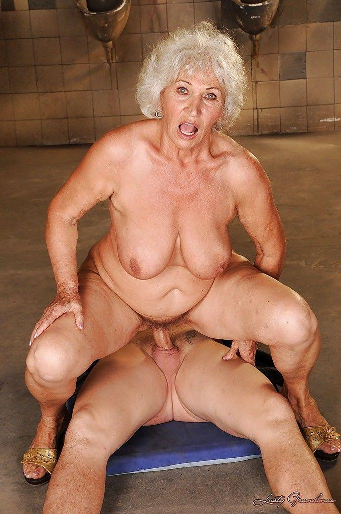 Schlampe Granny Bikini Handjob