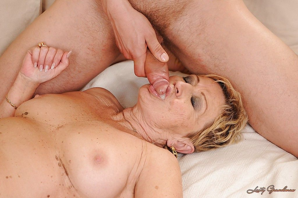 Бабуля со спермой в пизде