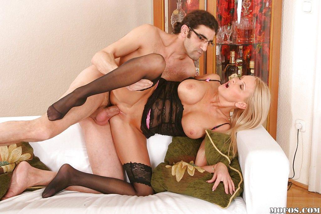 Порно с в чулках смотреть молодой мамой