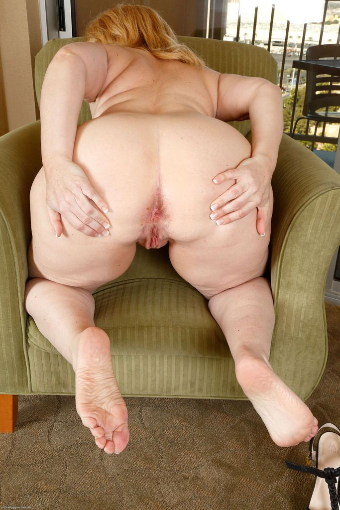 Mature solo model bares her big butt before displaying wide open twat