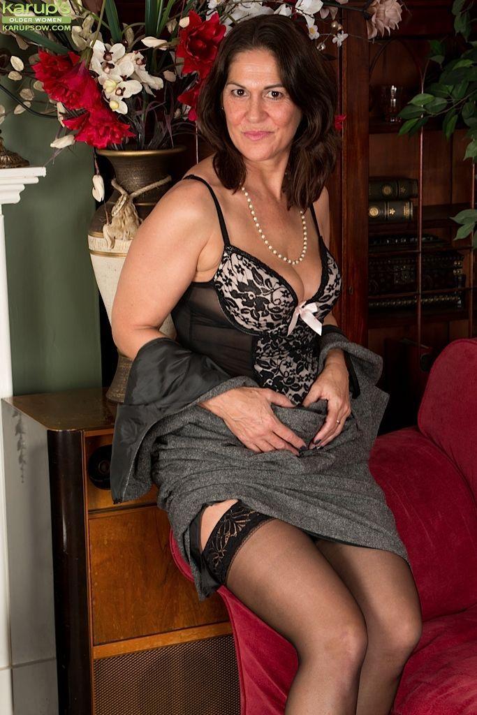 зрелые с волосатыми кисками в платьях фото красоток