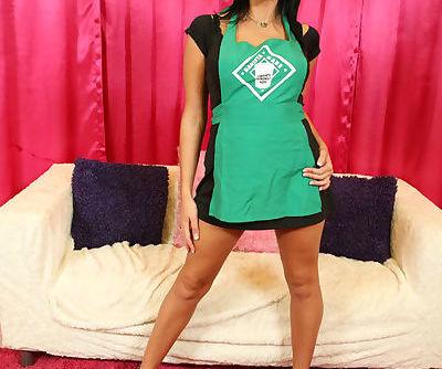 Busty babe Hottie Hollie shows..
