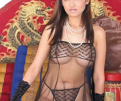 Big tits Asian babe reveals her..