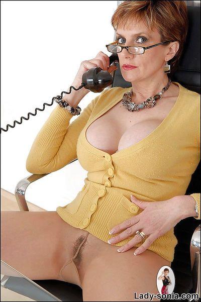 丰满 成熟 恋物癖 小姐 在 眼镜 戏弄的 她的 混蛋 通过 她的 连裤袜