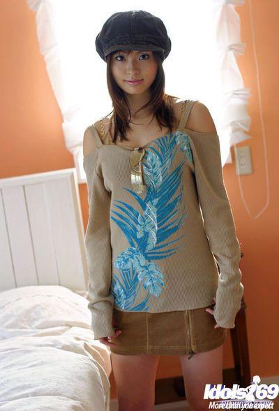 मोहक एशियाई किशोरी के साथ छोटे स्तन हिकारू Koto अलग करना बंद उसके कपड़े