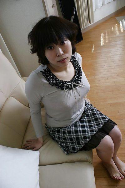 Asian milf Yoshiko Sakai takes a bath and demonstrates small tits