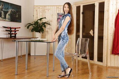 Stefany leckt Ihr pissdrenched jeans und stopft Fotze Mit Rot Sex Spielzeug